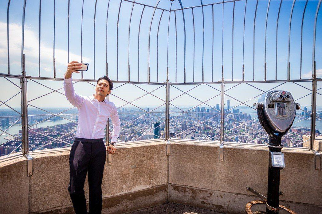 胡宇威不忘和紐約市的高樓大廈來張合照。圖/寶麗來國際娛樂提供