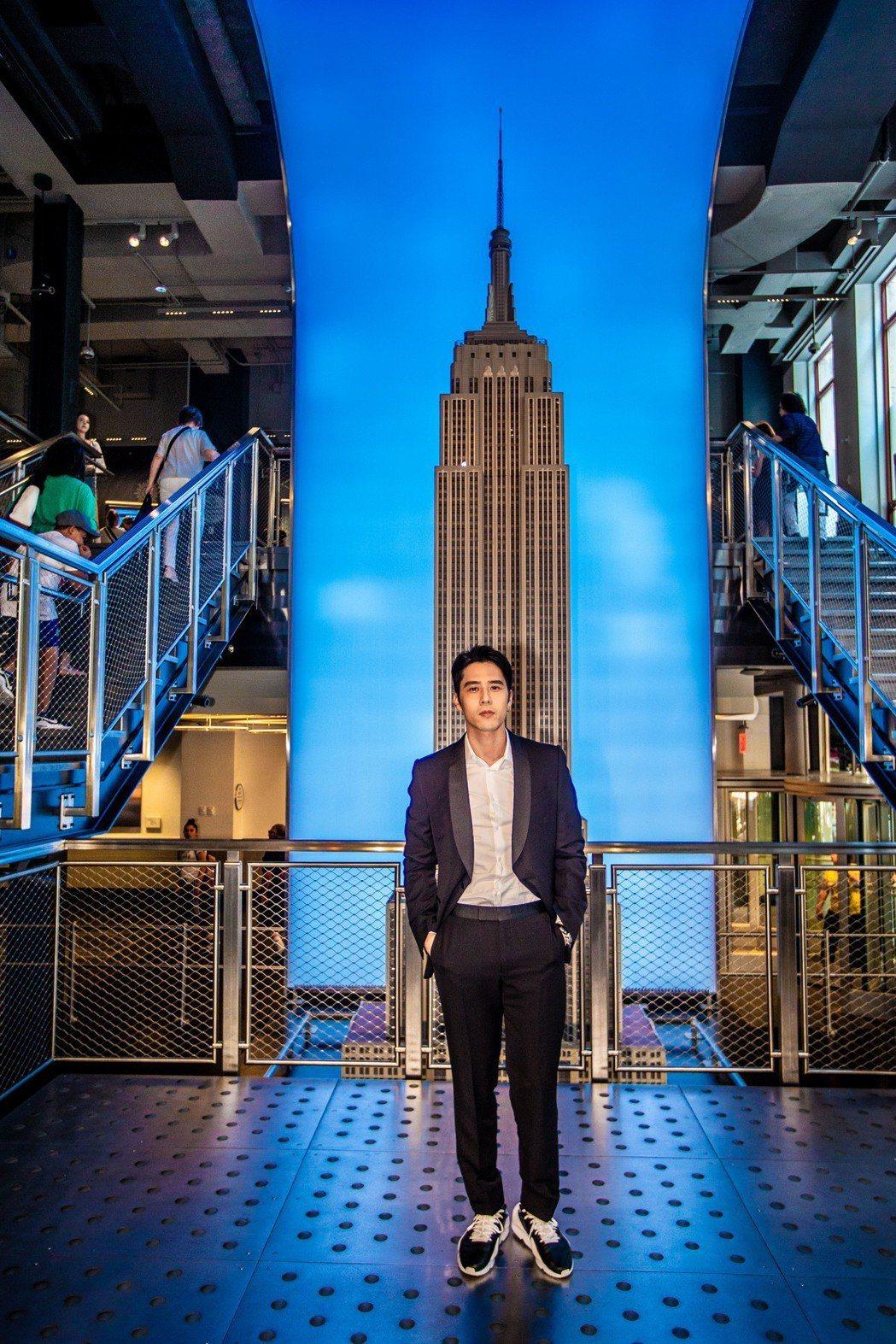 胡宇威以人氣紅星身分受邀走訪紐約帝國大廈。圖/寶麗來國際娛樂提供
