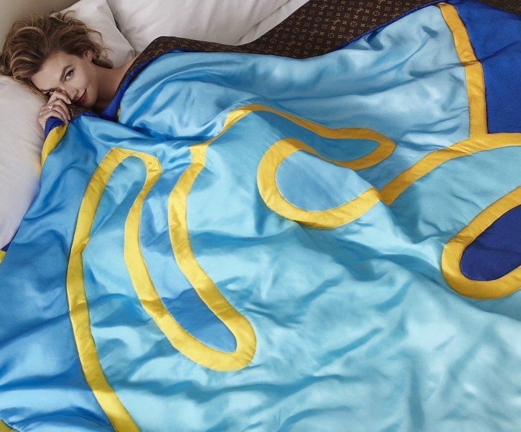 卡莉克勞斯滾床照,身上只有路易威登和艾力克斯.伊斯瑞爾合作的織品系列。圖/取自I...