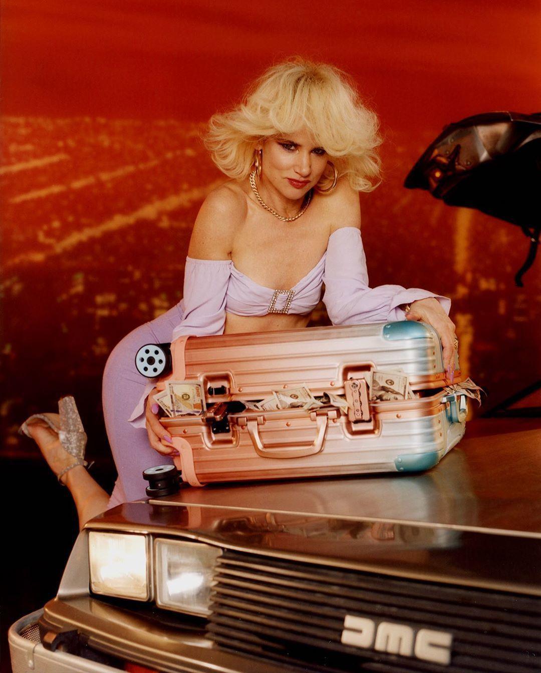 茱麗葉路易斯為艾力克斯.伊斯瑞爾和RIMOWA合作聯名行李箱拍攝的搶眼照片。圖/...