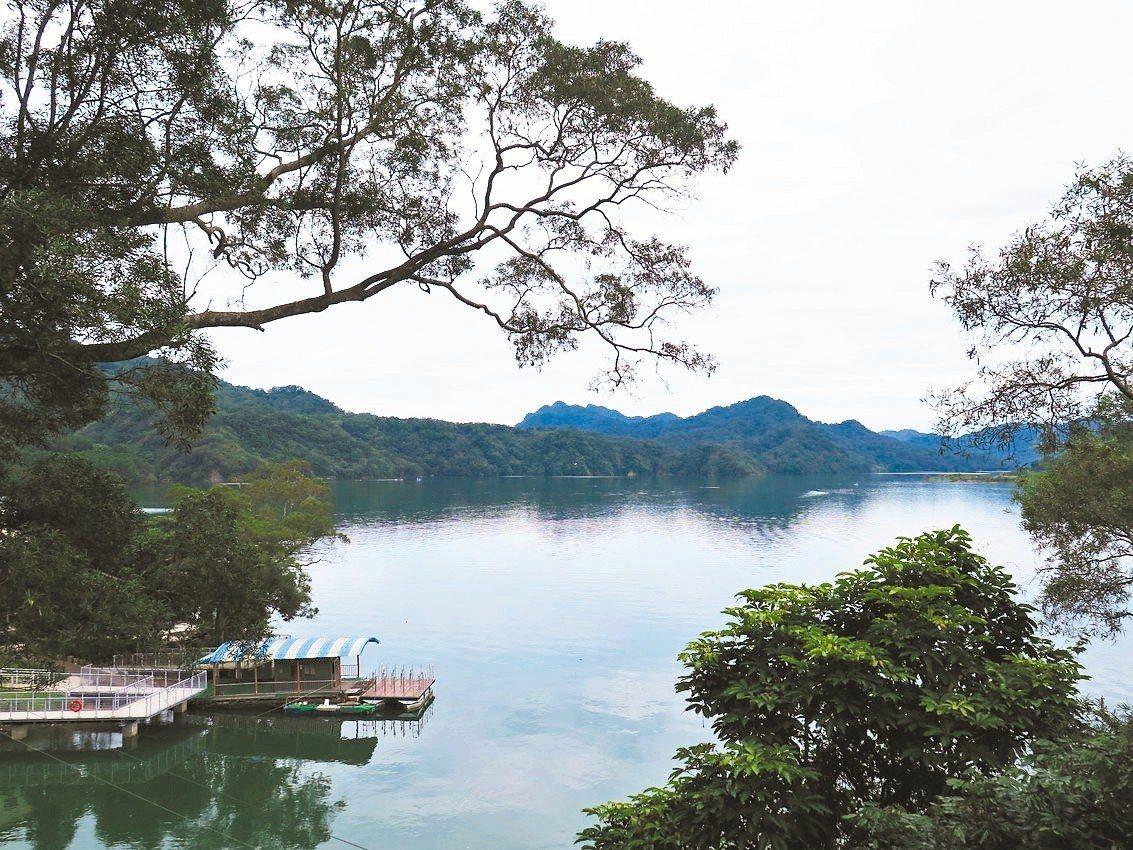 薑母島是石門水庫景點之一,市府去年新打造環湖步道,可賞美麗湖邊景色。 記者張裕珍...