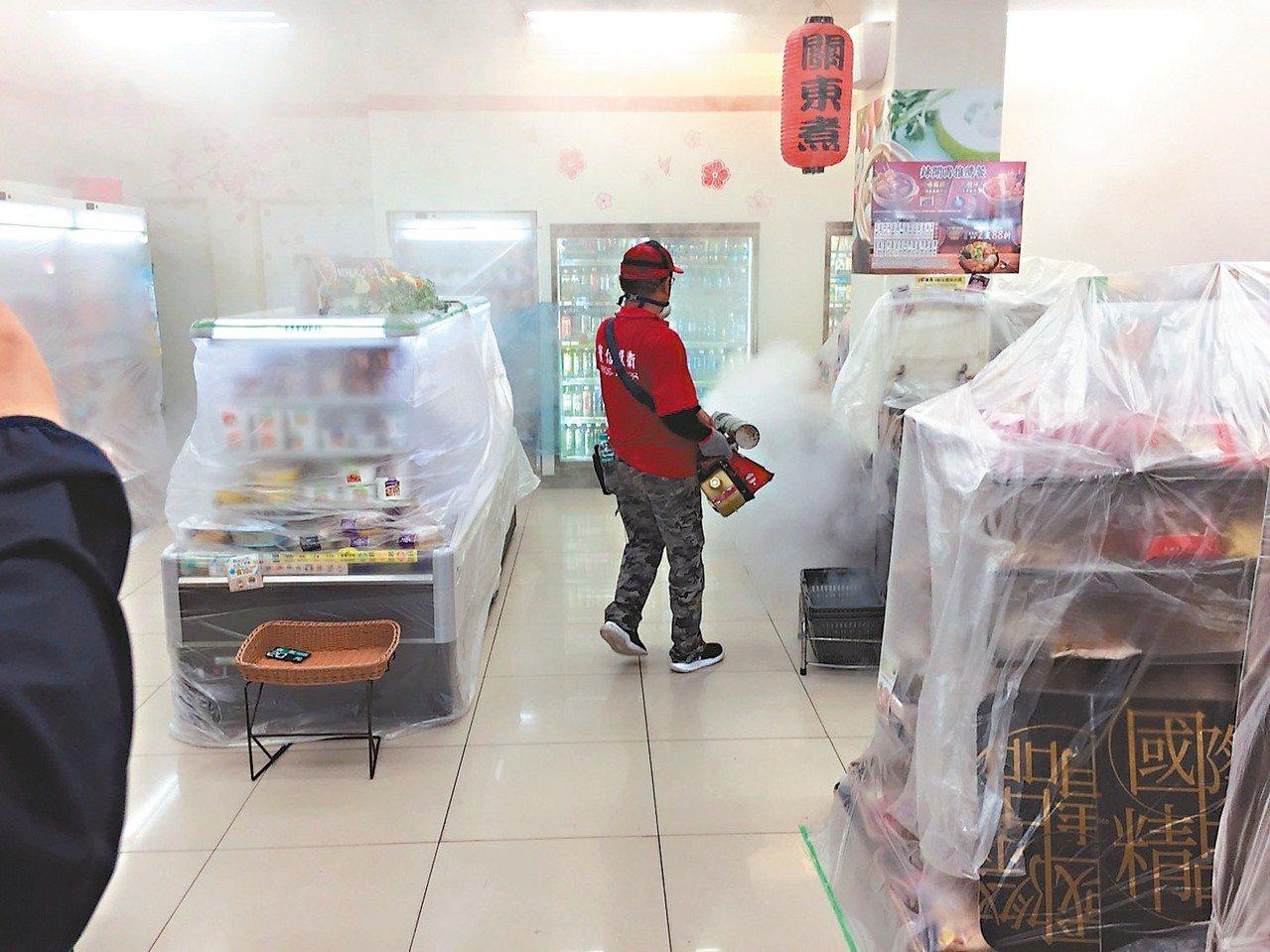 台南市中西區東菜市場昨起休市兩天,進行登革熱病媒蚊噴藥作業。 圖/衛生局提供