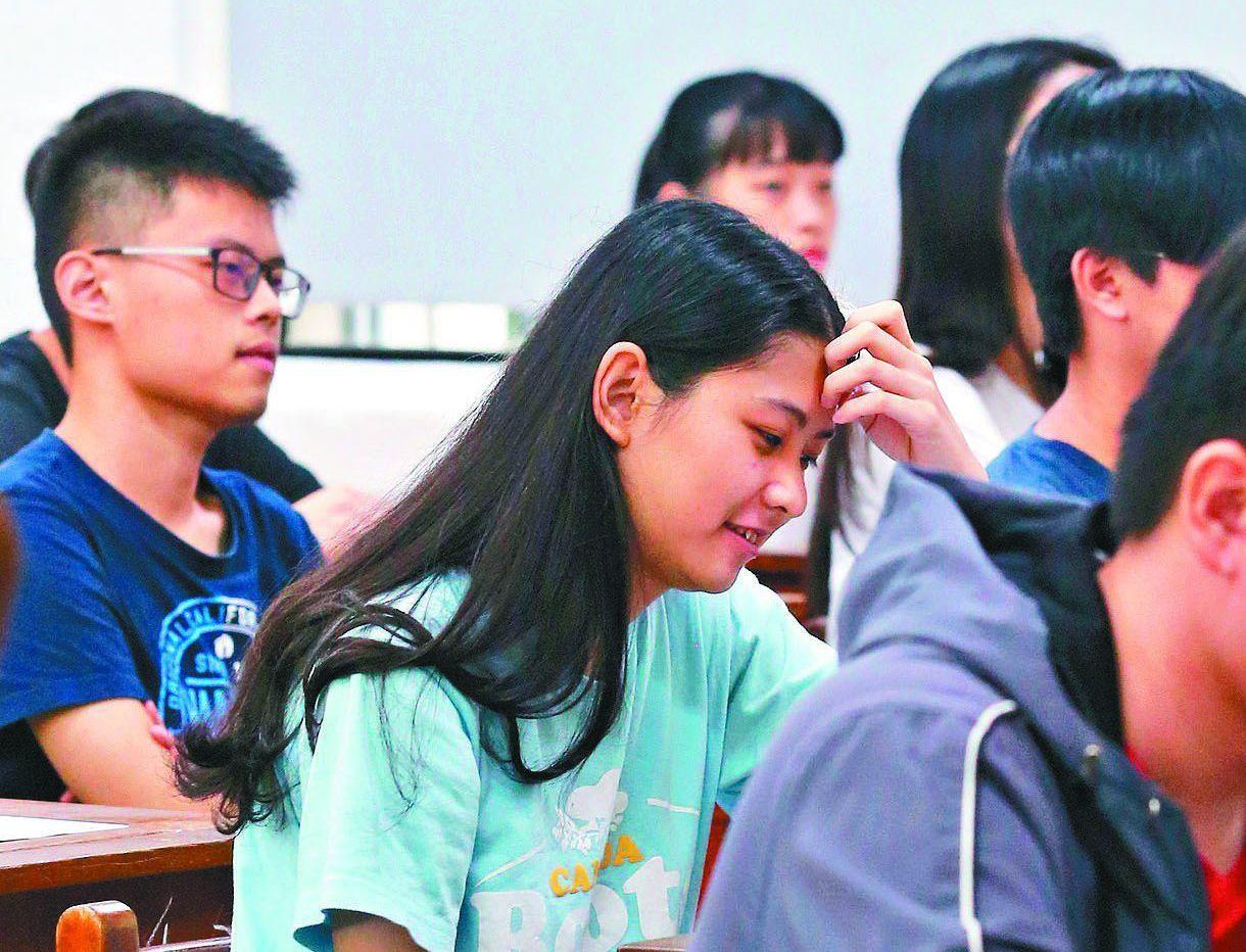 指考剛落幕,很多大學開始祭出重金搶優秀學生。圖為今年的考生。 圖/聯合報系資料照...
