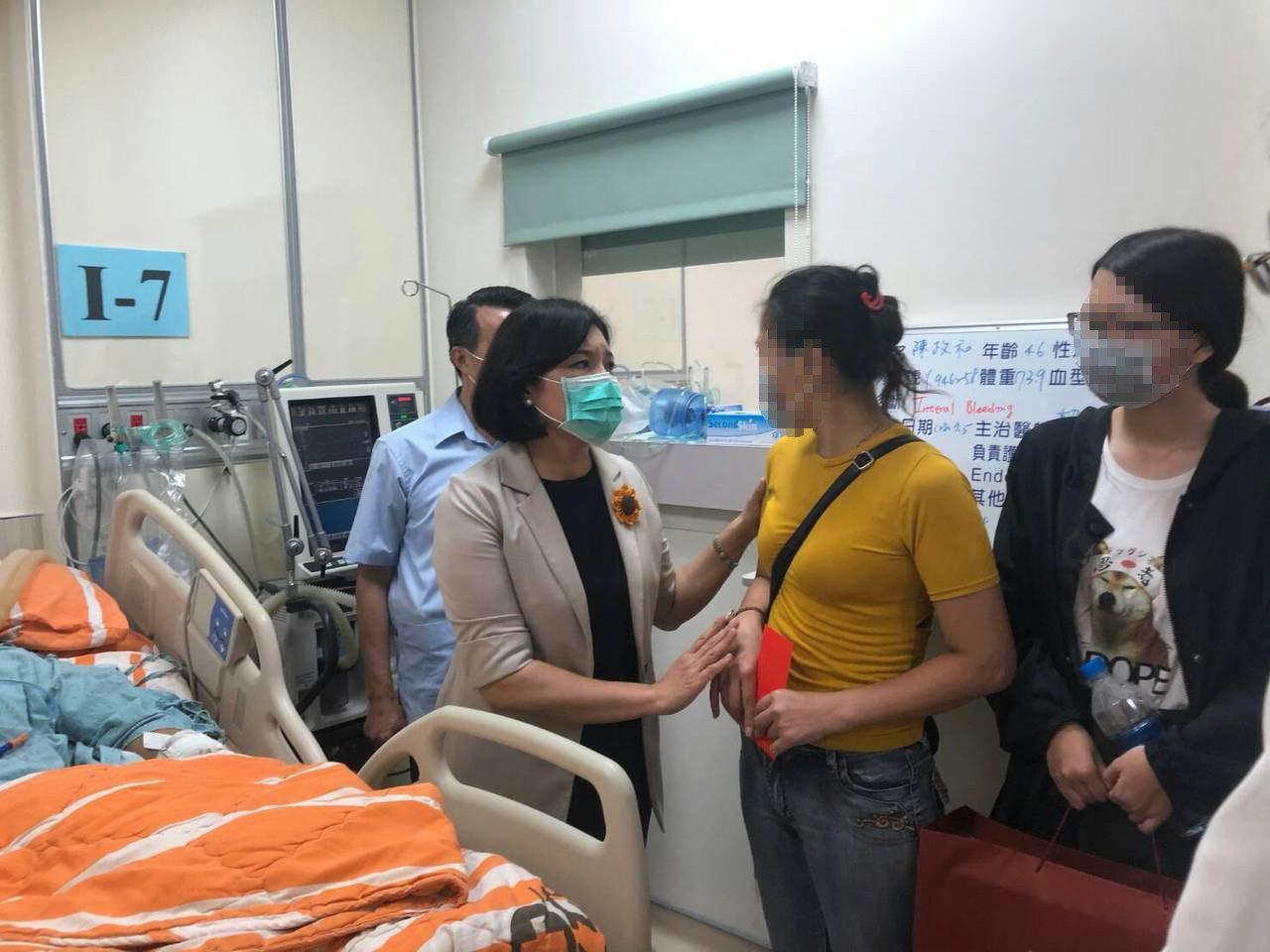 雲林縣長張麗善趕到醫院探望受傷員警。記者蔡維斌/翻攝