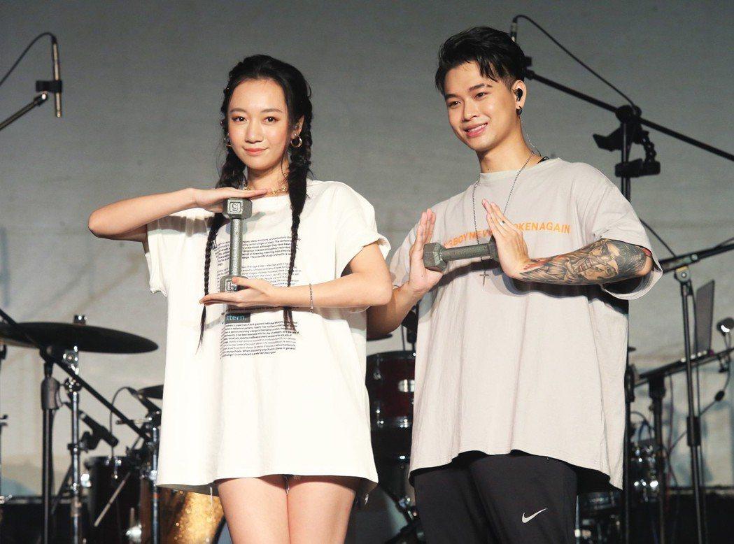 新生代饒舌歌手高爾宣為台北Legacy演唱會彩排,找來鄉民老婆吳卓源(左)擔任嘉...