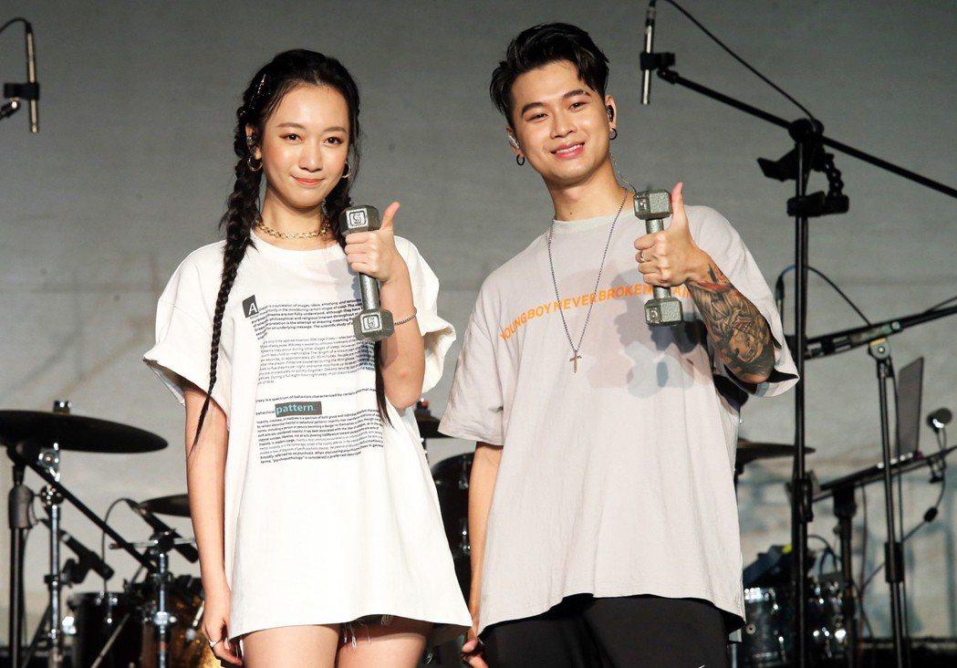 新生代饒舌歌手高爾宣為台北Legacy演唱會彩排,找來鄉民老婆吳卓源(左)擔任嘉