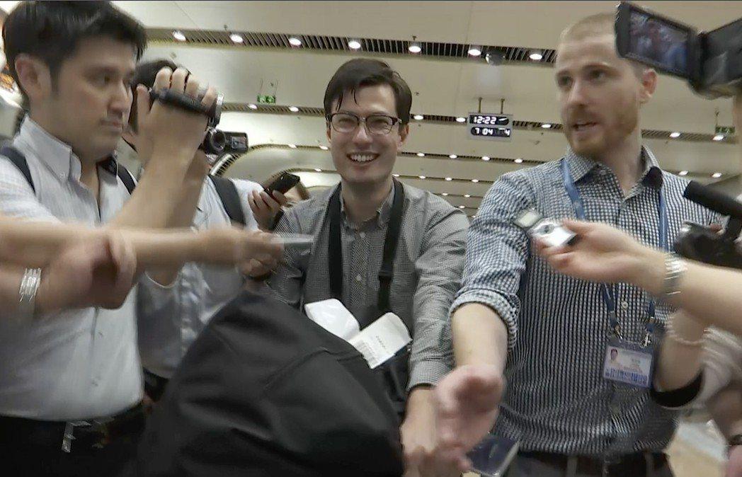 澳洲籍留學生希格利(中)4日獲釋後,從北韓飛抵北京機場。(美聯社)
