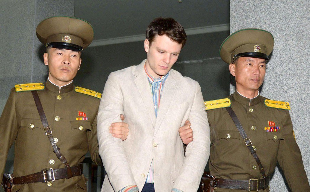 美國學生溫畢爾(中)被北韓拘禁17個月後,回到美國第6天昏迷過世。(路透)