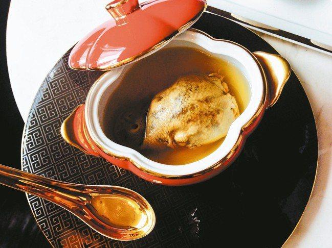 上海蘇浙總會的如意宴中的「鴿吞燕」。中菜美學在逐漸進步和昇華。 圖/張聰 Des...