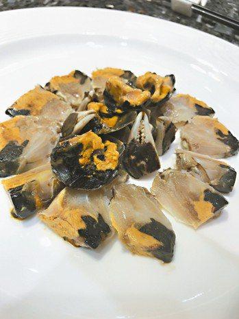 張新民老師主理的潮菜研究會的生腌大閘蟹。 圖/張聰 Desmond Chang
