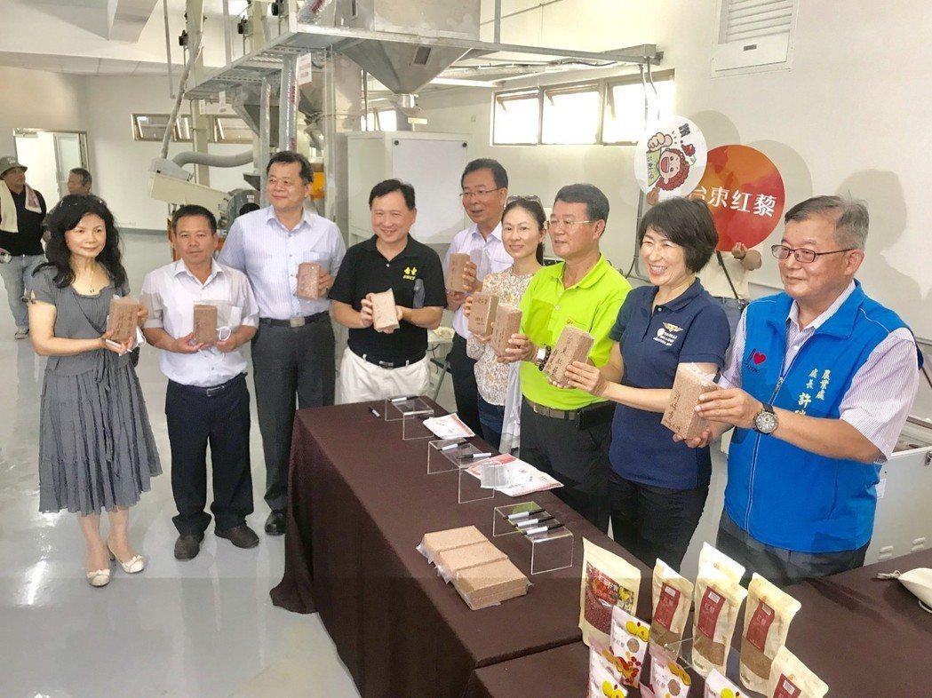 總幹事戴鎮東(右3)帶領縣長饒慶鈴(左2)及貴賓參觀包裝現場,並在產品簽名合影。...