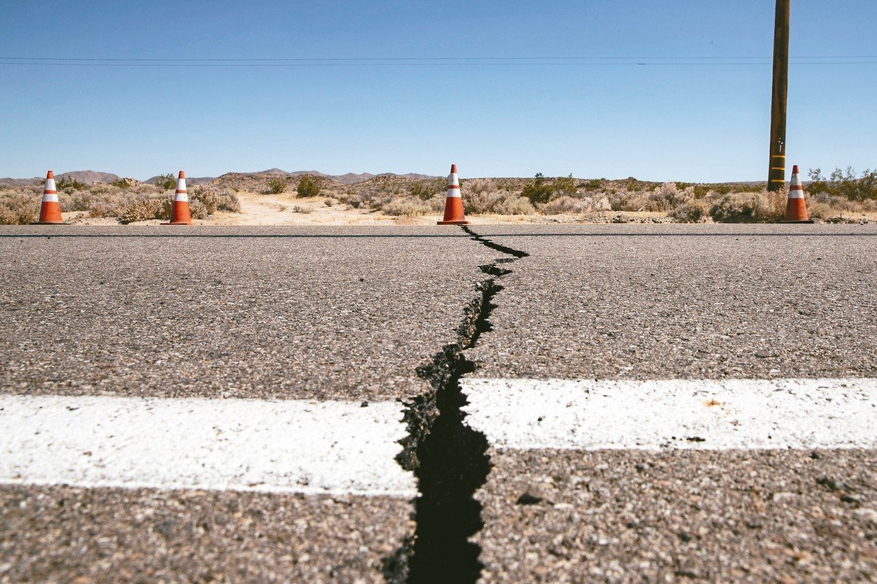 南加州發生20年來最大地震,規模6.4,深度僅十公里左右,部分建築龜裂、馬路裂開...