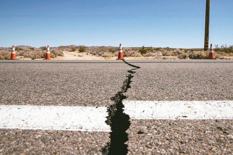 南加州發生20年來最大地震,規模6.4,深度僅十公里左右,部分建築龜裂、馬路裂開。 歐新社