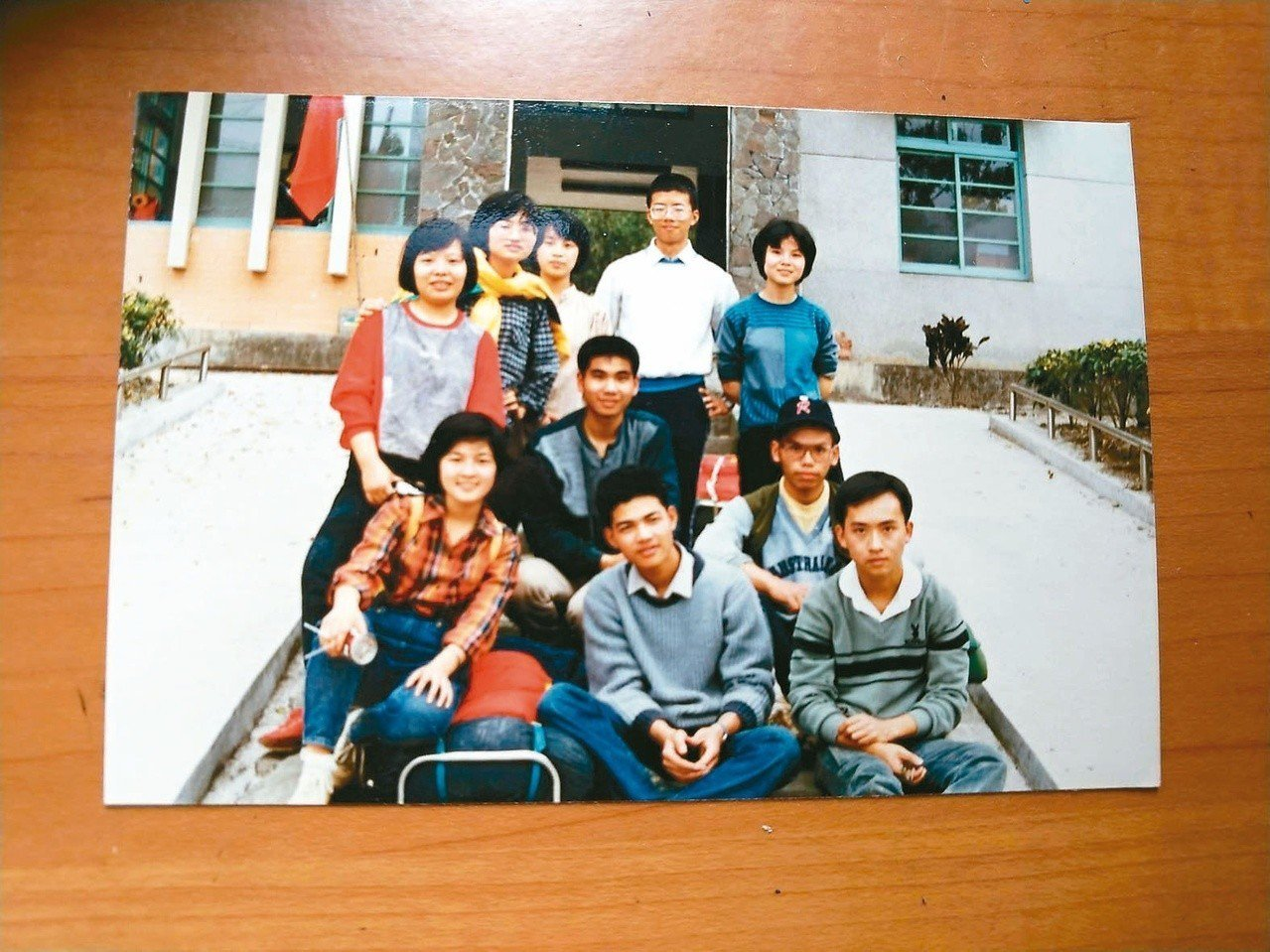 吳鈞堯(前排中)與高中同學露營、健行北勢溪。無憂年頭,佐歌最樂。