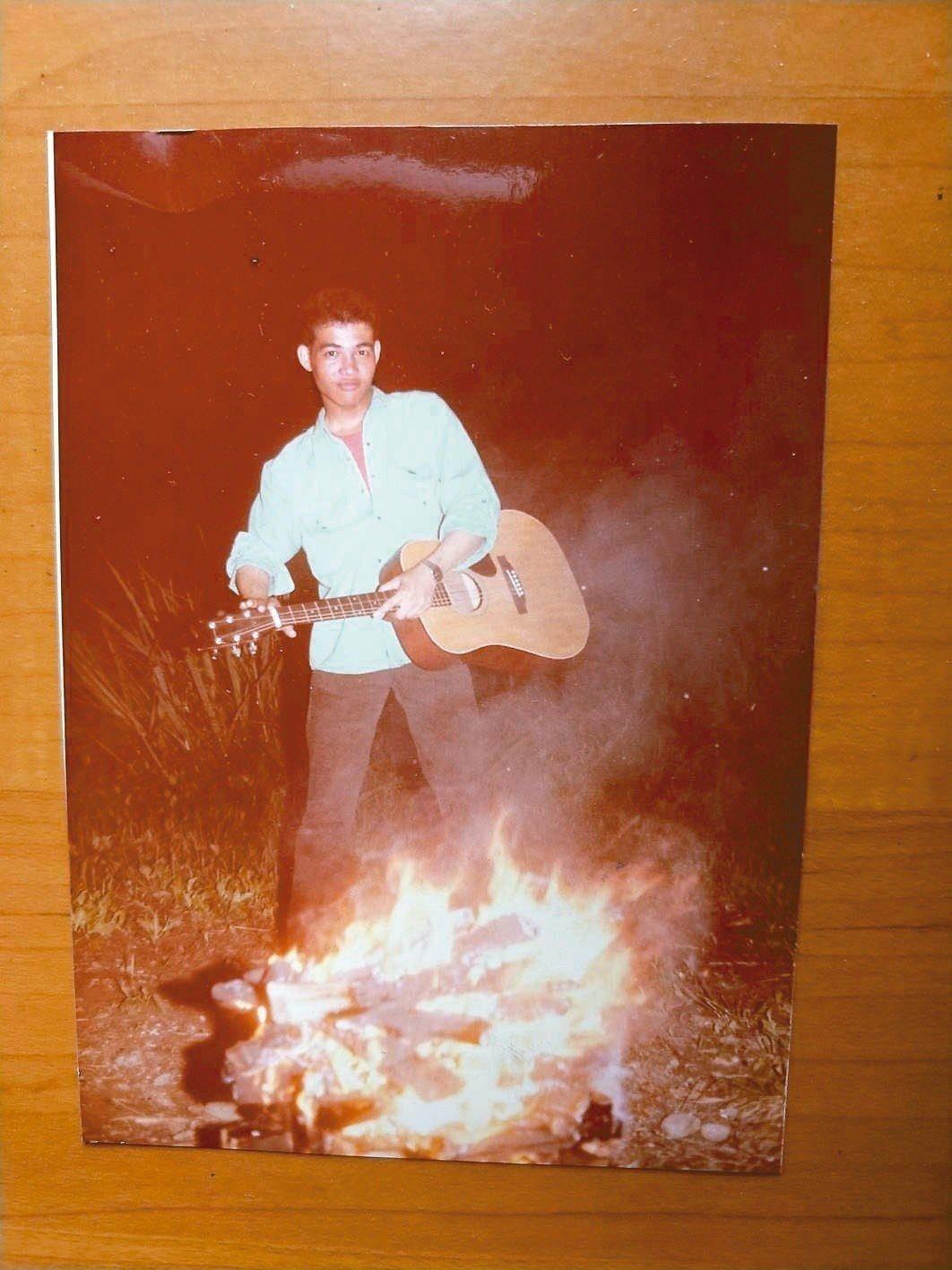三十多年前,吳鈞堯在營火晚會上表演。