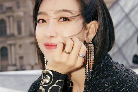中國女星宋茜2009年以韓國女團f(x)出道並擔任隊長。如今f(x)成員多半都是個人活動,宋茜也在前幾年把事業重心轉回家鄉,且搖身一變,成為時尚品牌的心頭好,整個人也越來越仙。近日她在節目中亮相,耳...