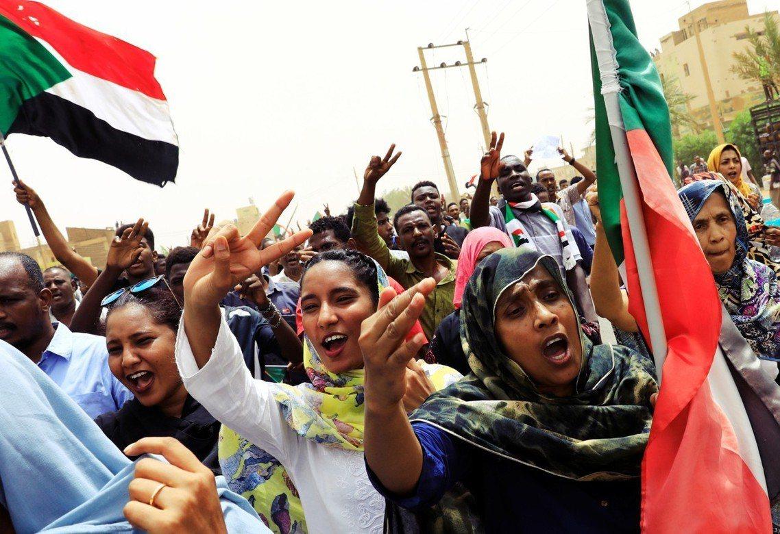 「蘇丹萬歲!人民萬歲!」蘇丹民主派運動與代管軍政府的「軍事過渡委員會」(TMC)...