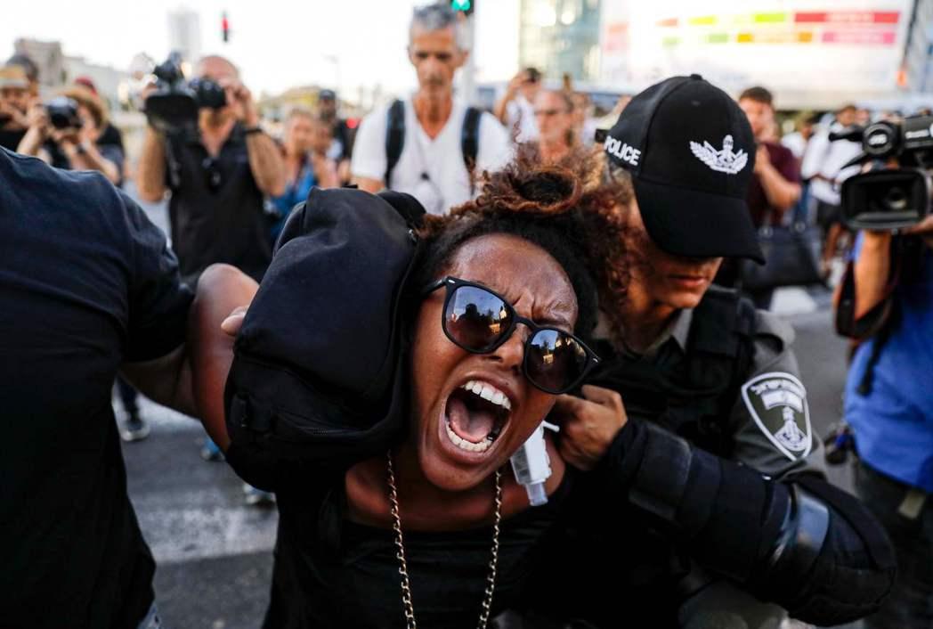 「在以色列,衣索匹亞裔猶太人難道都是次等公民?」3日,在以色列首都特拉維夫抗議的...