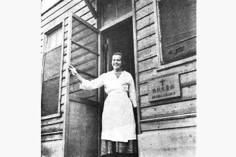 1955年在澎湖設立的「特別皮膚科」門診,由基督教信義會指派具有護理師資格的美籍白寶珠(Marjorie I. Bly)女士駐診,展開澎湖地區漢生病患者的治療、照顧、訪視等工作。 圖/作者提供;來源/《癩病防治十年》,1963年出版