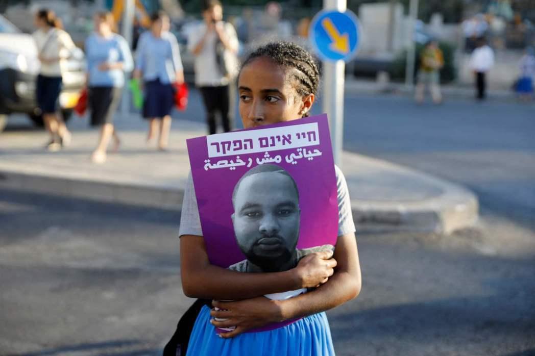 特卡在海法市被一名警察射殺,警察的聲明表示,當時休假中的他看到多名衣索匹亞裔青少...
