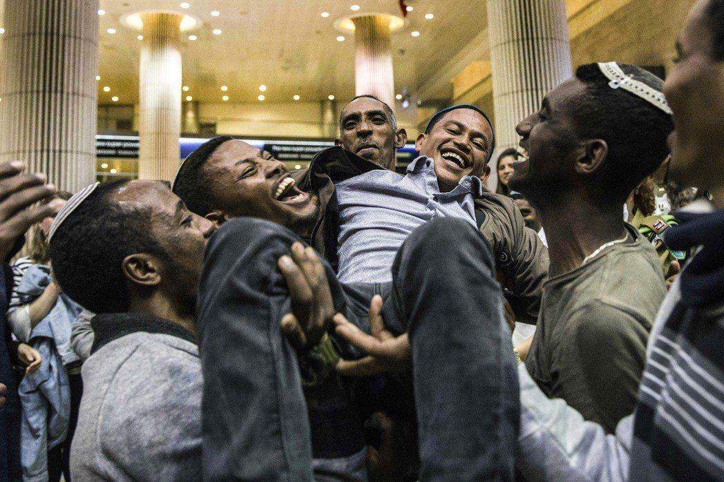 圖為今年二月在以色列機場與親友團圓的衣索比亞猶太人。以色列政府自1984年起,陸...