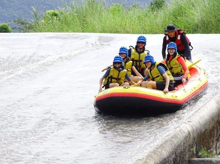 圖/乘坐橡皮艇從高處滑下水道,相當刺激。擷取自「安農溪-上將泛舟」粉絲團