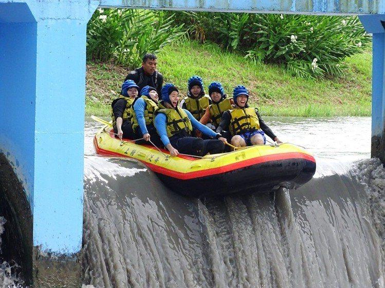 圖/90度角的攔沙壩,體驗超高低落差的刺激感。擷取自「安農溪-上將泛舟」粉絲團