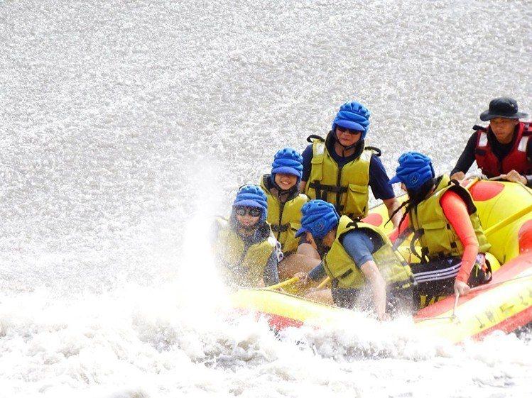 圖/從高處滑水道滑下,掀起陣陣水花。擷取自「安農溪-上將泛舟」粉絲團