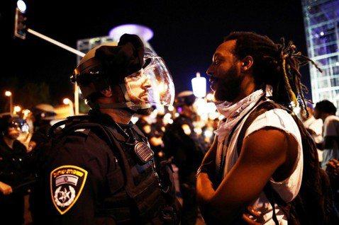圖為7月2日在以色列的抗爭活動,衣索匹亞猶太人示威者與警方對視。 圖/路透社