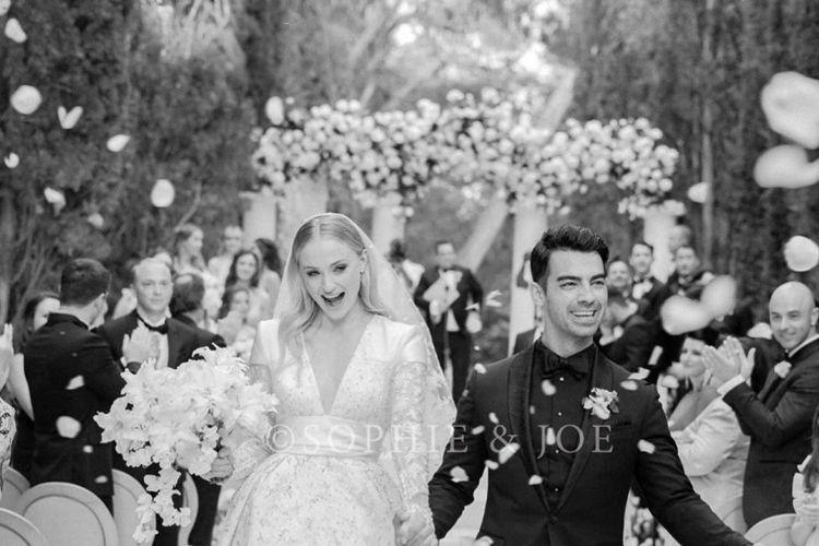 「冰與火之歌:權力遊戲」與「X戰警」系列女星蘇菲透納,和丈夫喬強納斯發布了在法國古堡莊園舉辦的第2場婚禮上的婚紗照,只見身材高大的她,穿上深V設計卻不失典雅的白色禮服,宛如童話中的公主,儘管夫婿較她...