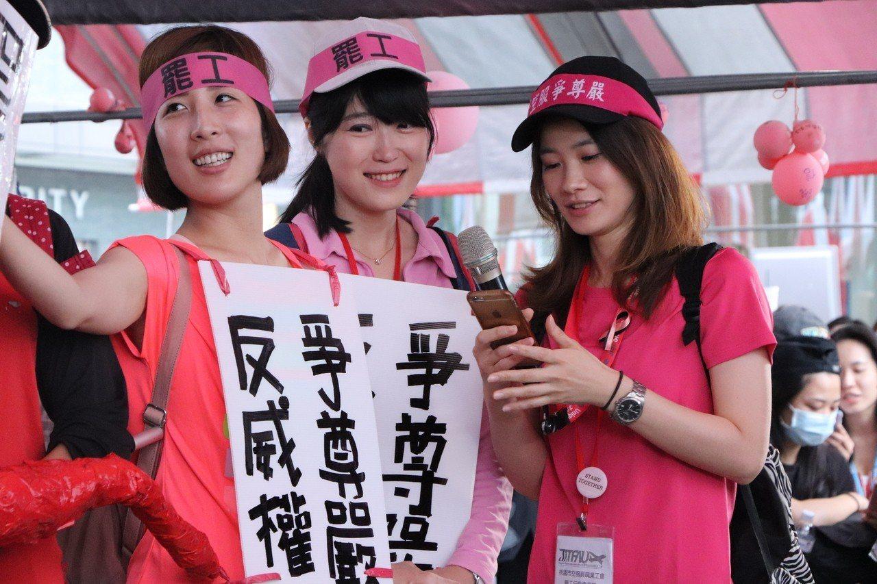 長榮空服員罷工進入第16天,今早5點半進行在召開完記者會後開始「長榮航橫行、空服...