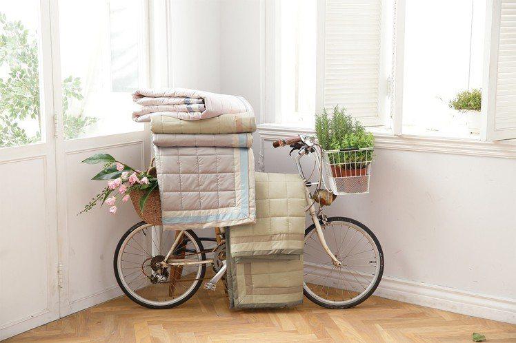 日比寢飾夏季涼被,選用「透氣超細纖維」,像夏日悶熱感說掰掰。圖/日比寢飾提供