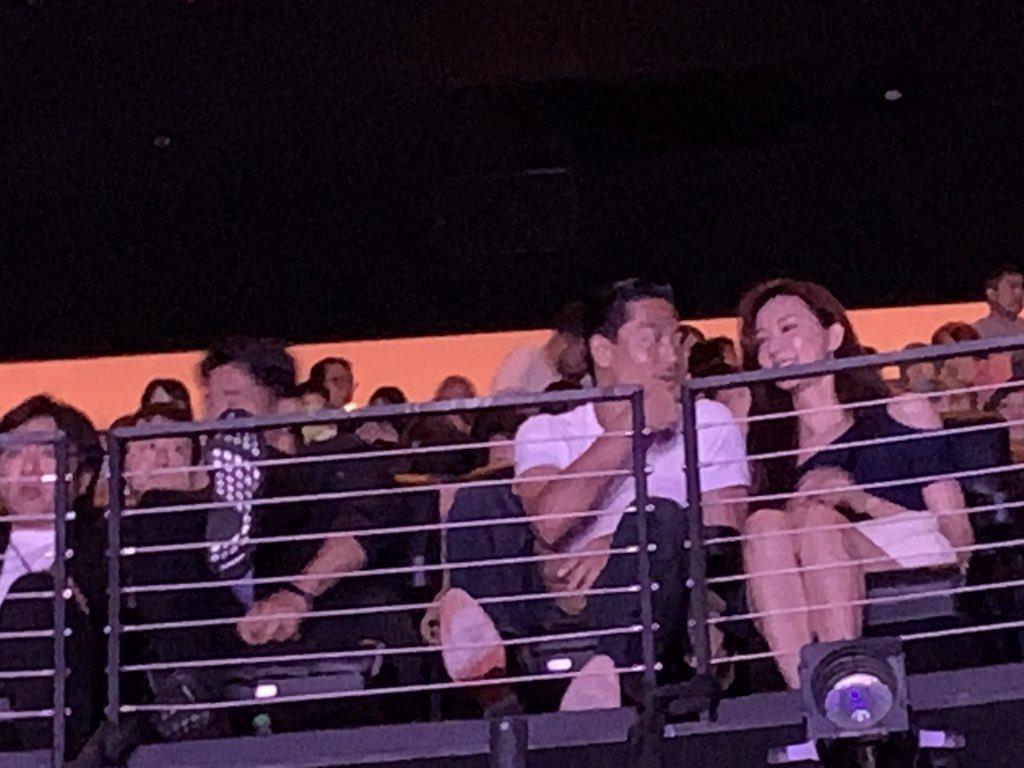 林志玲與AKIRA被拍到一起看演唱會,笑得相當開心。圖/摘自推特
