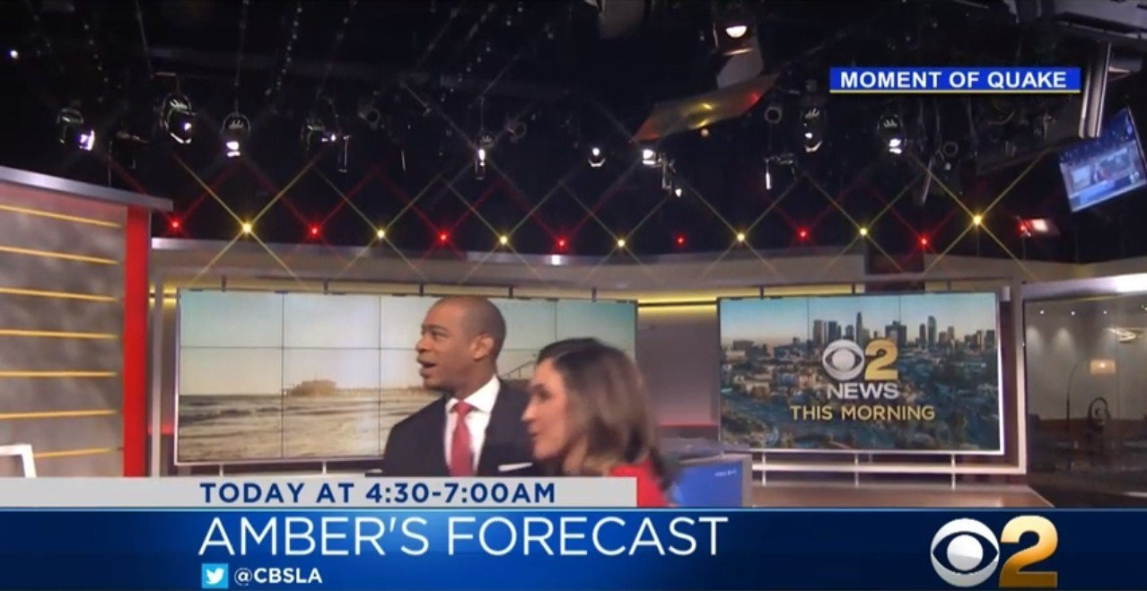 CBS洛杉磯分台正準備播報新聞,但攝影機拍到兩位主播背對鏡頭,都盯著攝影棚天花板...