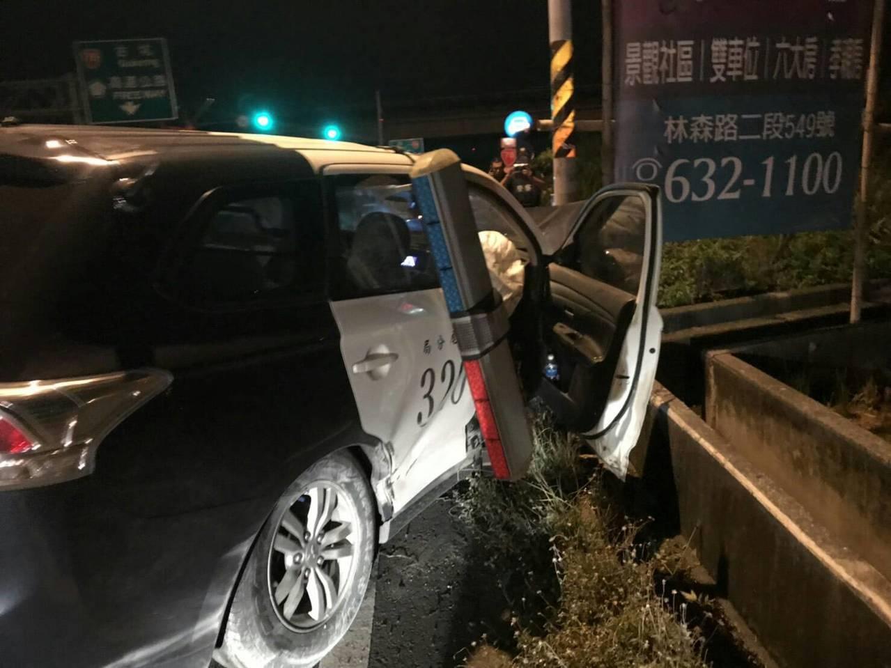 警車被破撞受損造成兩警員受輕重傷。記者蔡維斌/翻攝