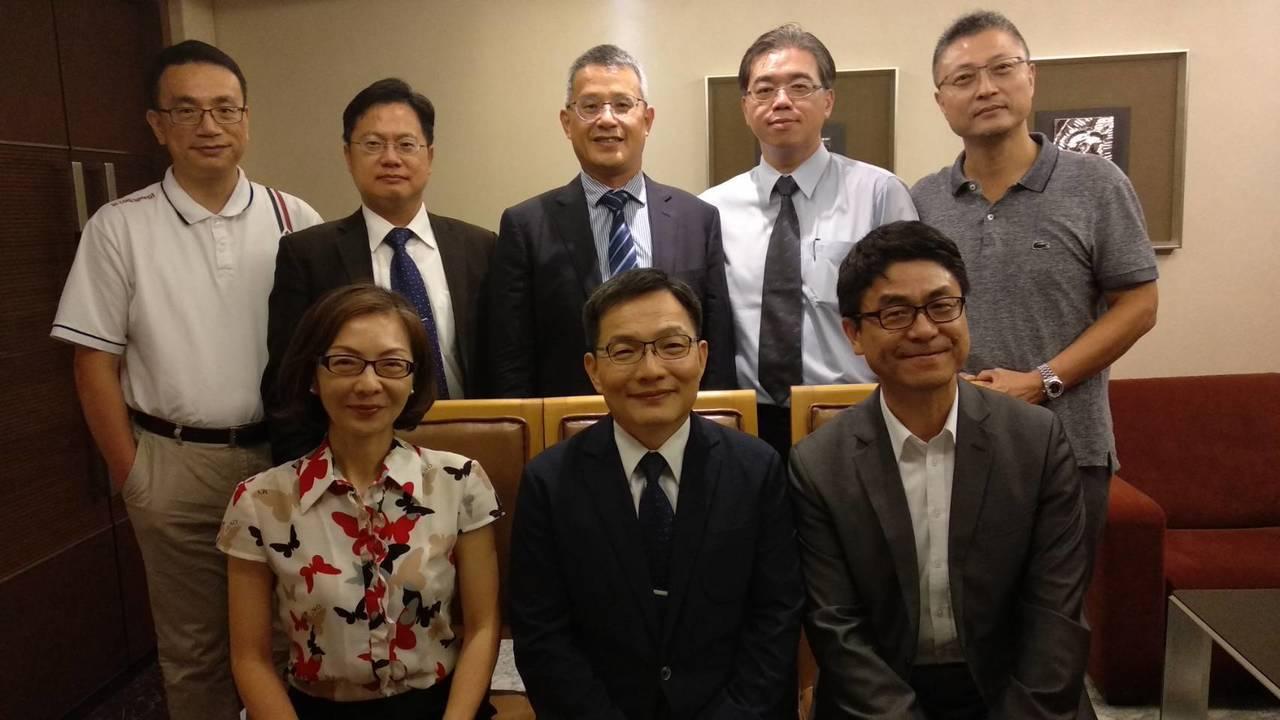 中華民國律師公會全國聯合會理事長李慶松(圖下排中),為增進律師了解工程法律實務議...
