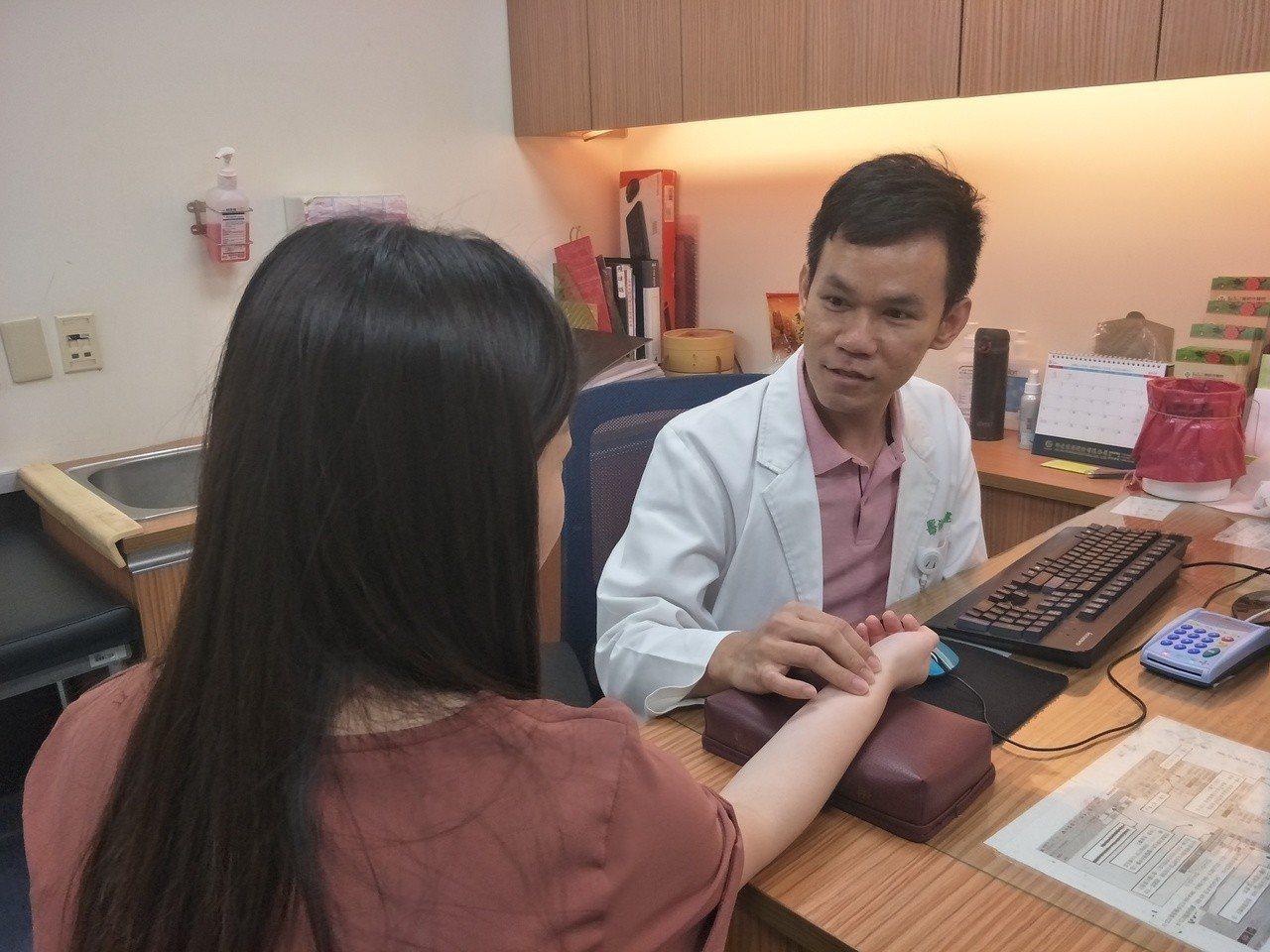 童綜合醫院中醫科醫師陳建雄指出,許多第二型糖尿病患者早期沒有明顯症狀,加上對自身...
