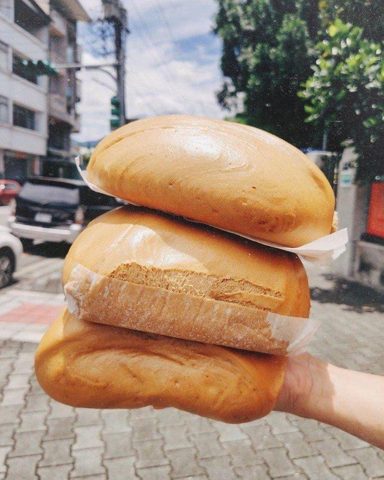 這是饅頭?還是枕頭,比臉大的「大城黑糖饅頭」名不虛傳。IG@taichung__...