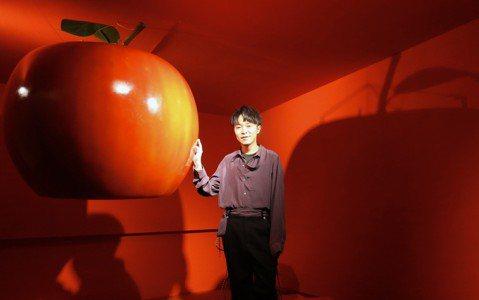 吳青峰時隔一年推出全新單曲「巴別塔慶典」,與為期5天的「巴別塔慶典概念展」,展覽展出與南韓攝影藝術家合作作品,吳青峰坦言最不敢直視的就是6張自己的特寫照,因平常不喜歡看自己,他打趣:「我照鏡子只是看...