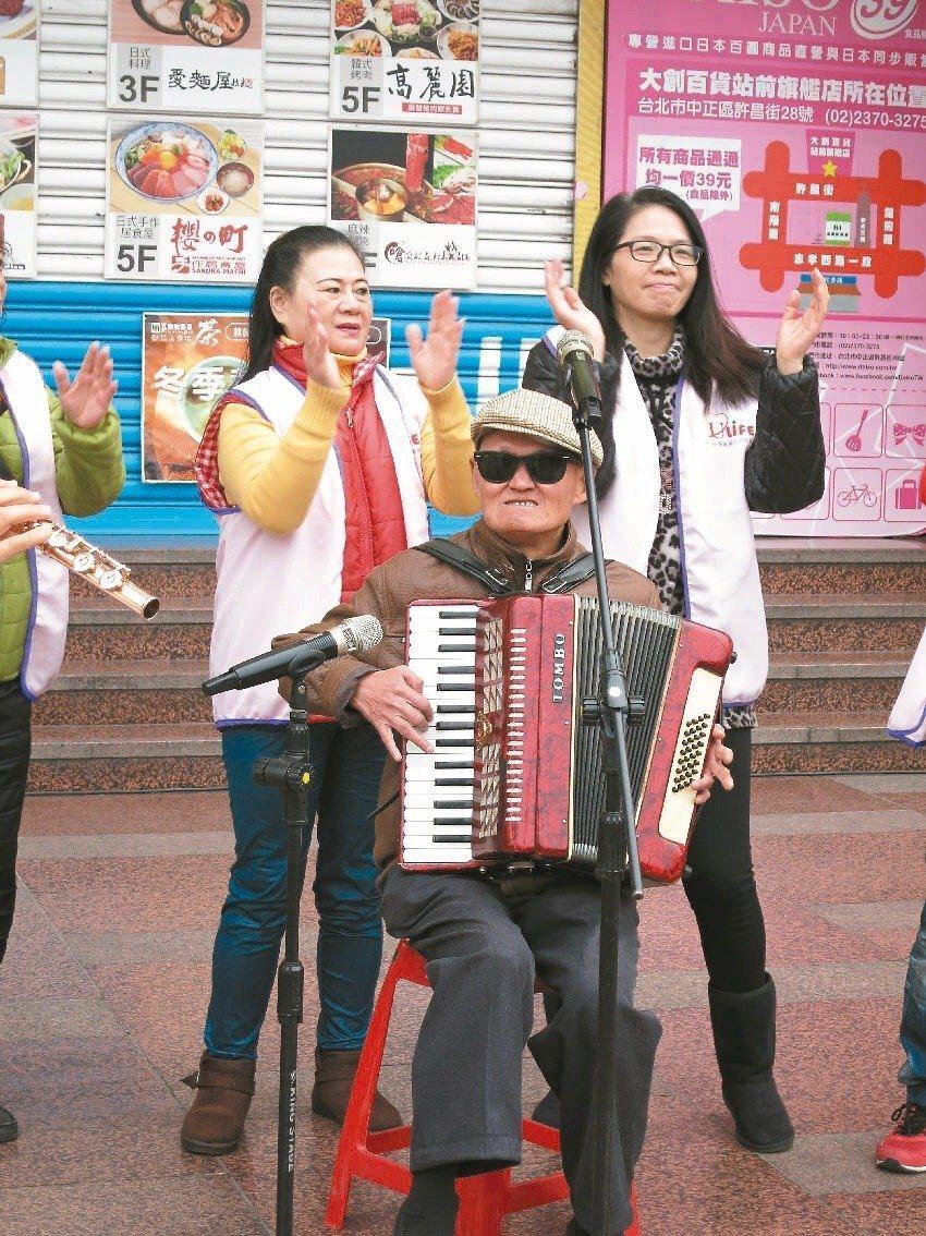 李炳輝(中)很謝謝老婆許雅惠(左)對他的關心和照顧。本報資料照
