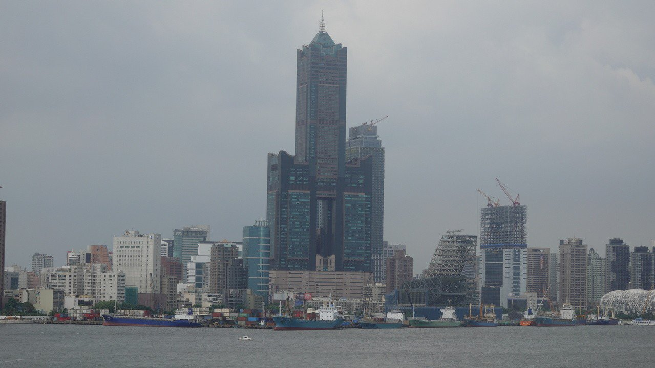 高雄市八五大樓內的君鴻國際酒店被法拍之後,與君鴻有租賃關係的樂活、富勝、福勵3家...