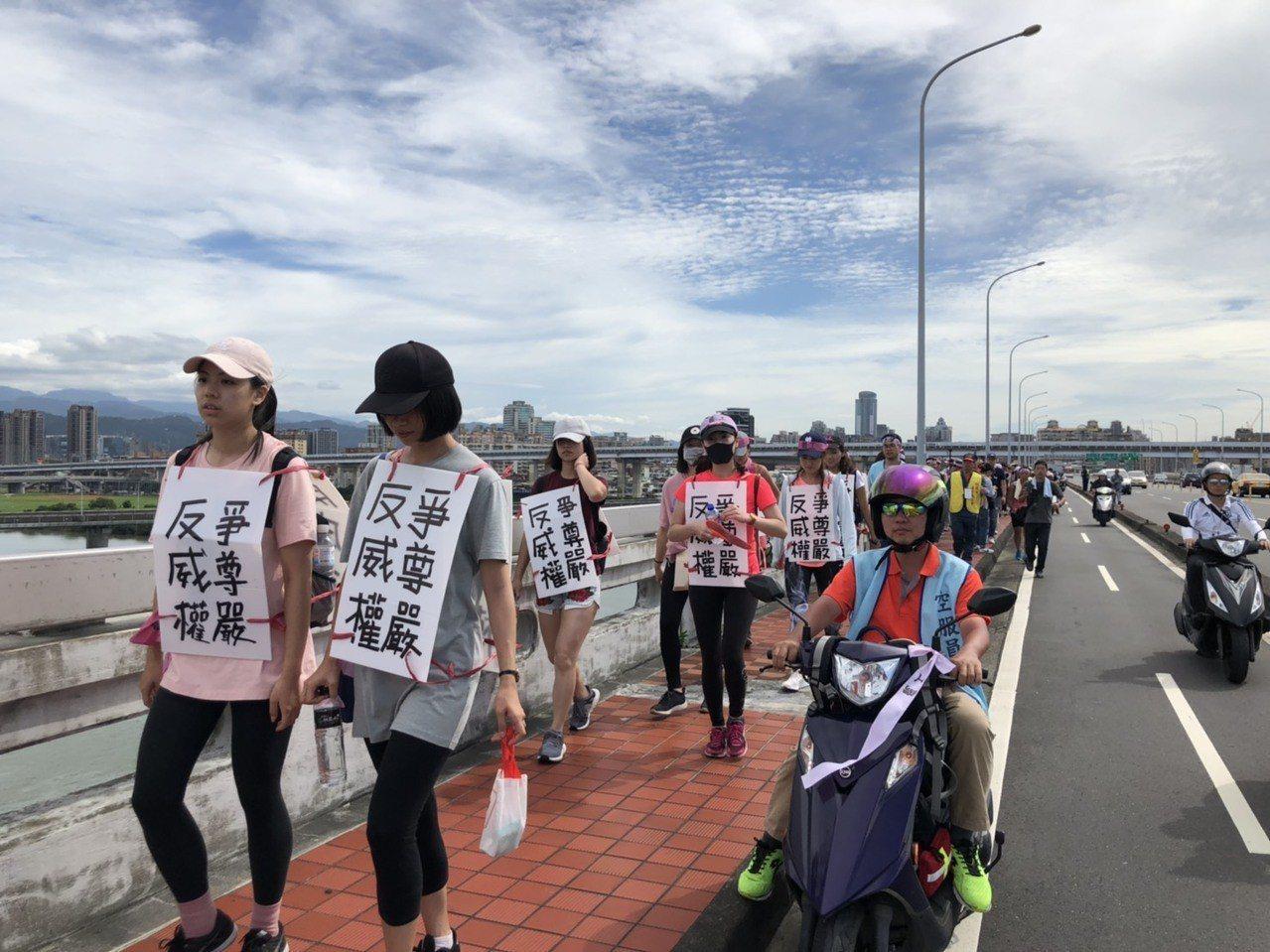 長榮空服員罷工邁入第16天,今天工會率領逾30名空服員從南崁出發,苦行27公里到...