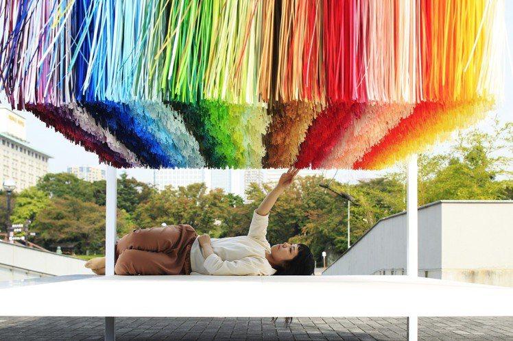 Emmanuelle Moureaux發起100 colors系列企畫,以「色切...