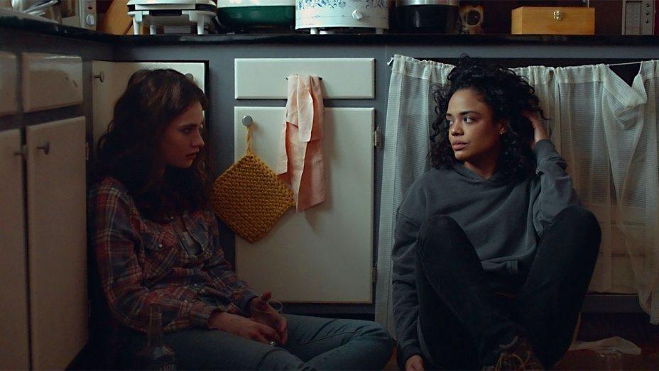 莉莉詹姆斯(左)與泰莎湯普森(右)在《橫越生死線》有精采的對手戲。圖/亮點國際提
