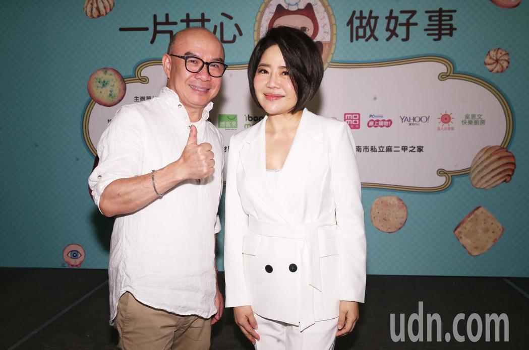 于美人(右)與吳恩文(左)出席餅乾禮盒義賣記者會,為單親媽媽募款。記者徐兆玄/攝
