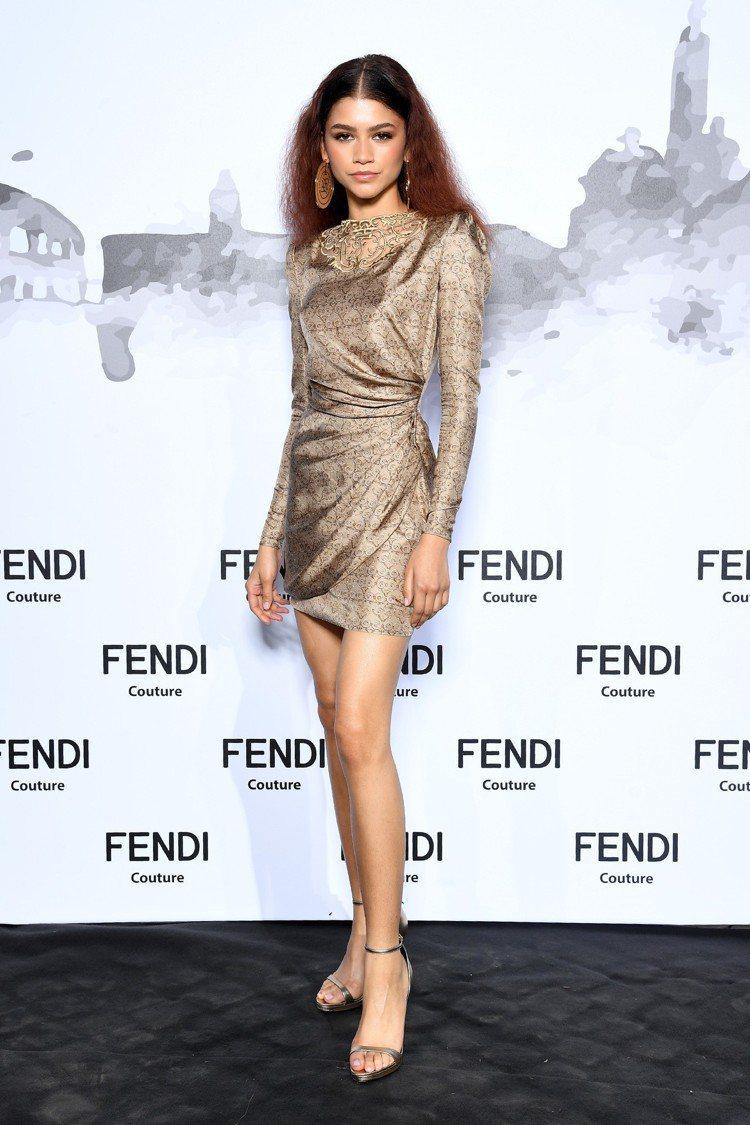 千黛亞穿得相當性感修長,令人印象深刻。圖/FENDI提供