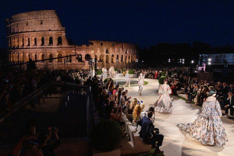 現場發表54套服裝,象徵Karl Lagerfeld與FENDI攜手走過的54個...