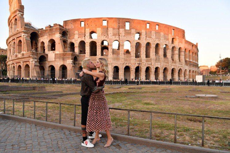網紅Chiara Ferragni和先生 Fedez在現場啵啵放閃。圖/FEND...