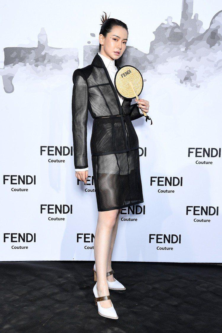 大陸女星戚薇將這套裙裝駕馭得相當出色。圖/FENDI提供