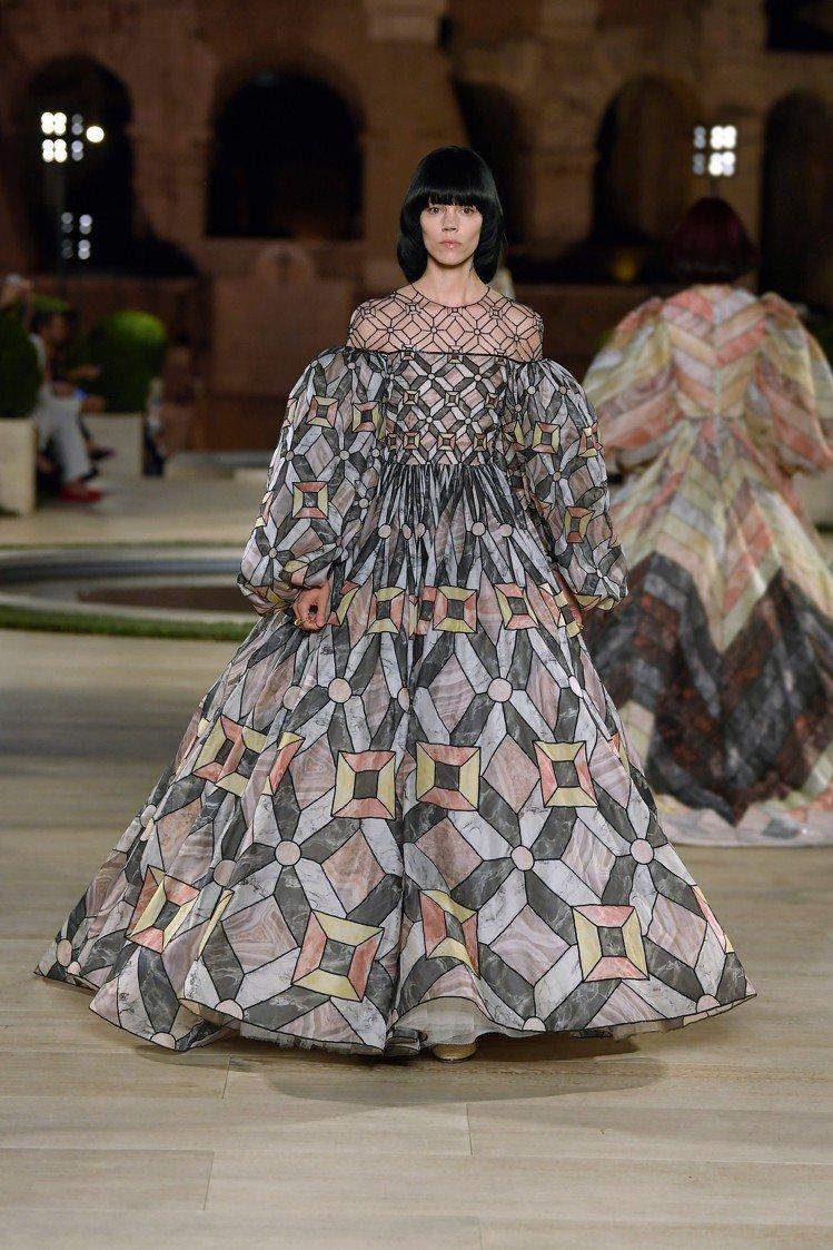 細膩的藝術質感,也展現在羊毛皮流蘇或精緻的薄紗懸架之上。圖/FENDI提供